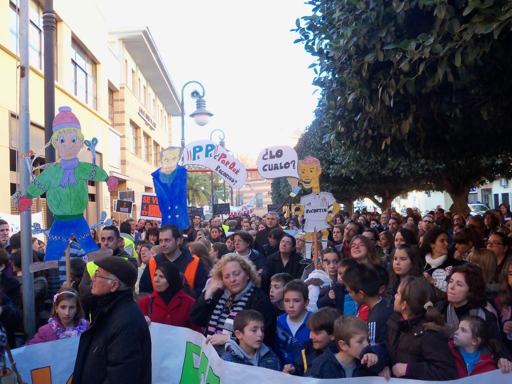 Gran manifestació dels centres educatius censurada per Crespo