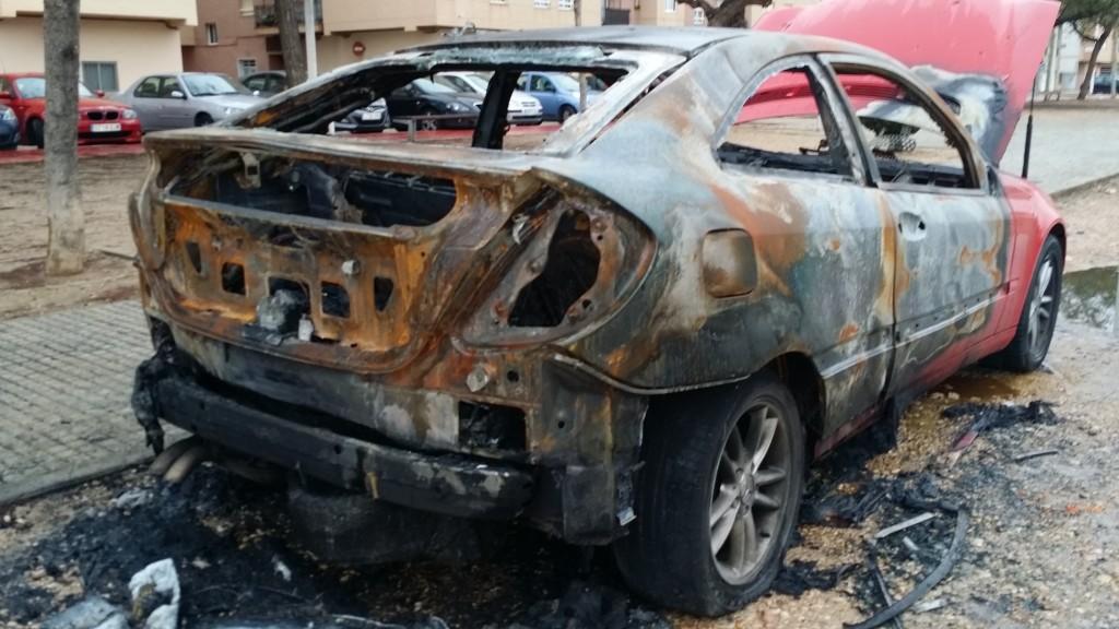 Un dels cotxes cremats els últims dies